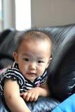 behandla som ett barn den kinesiska flickan Arkivbild