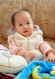behandla som ett barn den kinesiska flickan Arkivfoton