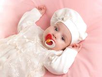 behandla som ett barn den klädda flickan little fredsmäklaredräkt royaltyfri foto