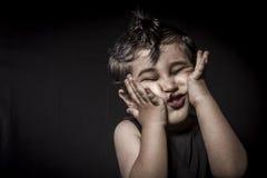 Behandla som ett barn, den krönade barnvippaklänningen och roliga uttryck Royaltyfri Fotografi