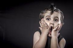 Behandla som ett barn, den krönade barnvippaklänningen och roliga uttryck Fotografering för Bildbyråer