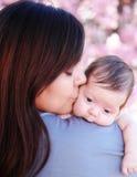 behandla som ett barn den kyssande modern fotografering för bildbyråer