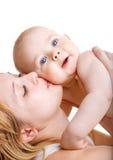 behandla som ett barn den kyssande momen Arkivbild
