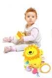 behandla som ett barn den leka redheaden Royaltyfri Foto