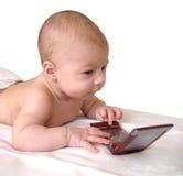 behandla som ett barn den leka smartphonen Royaltyfria Bilder
