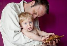 behandla som ett barn den leka sonen för fadern Royaltyfria Bilder