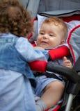behandla som ett barn den leka systern för brodern Royaltyfri Foto