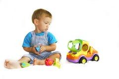 behandla som ett barn den leka toylastbilen för pojken Royaltyfri Bild