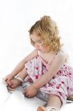 behandla som ett barn den ljuva flickan henne untying för sko Arkivfoto