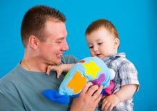 behandla som ett barn den lyckliga bärande fadern arkivfoton