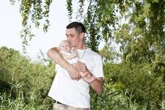 behandla som ett barn den lyckliga faderflickan hans kyssa Arkivfoto