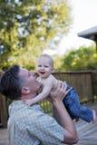 behandla som ett barn den lyckliga fadern Royaltyfria Foton