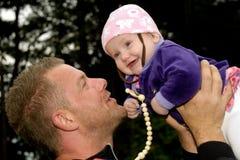 behandla som ett barn den lyckliga fadern Royaltyfria Bilder