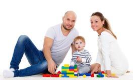 behandla som ett barn den lyckliga familjen Arkivfoto
