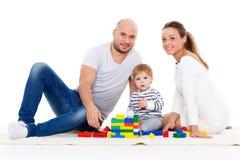 behandla som ett barn den lyckliga familjen Arkivbild