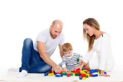 behandla som ett barn den lyckliga familjen Arkivfoton