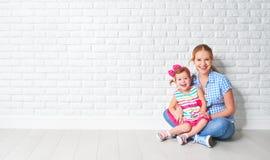 Behandla som ett barn den lyckliga familjmodern för begreppet och dottern, flicka på tom br Arkivbild