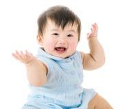 Behandla som ett barn den lyckliga flickakänseln Arkivbild