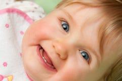 behandla som ett barn den lyckliga flickan arkivfoto