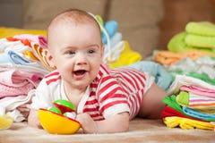 behandla som ett barn den lyckliga flickan Royaltyfria Foton