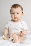 behandla som ett barn den lyckliga flickan royaltyfria bilder
