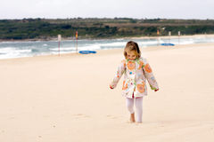 behandla som ett barn den lyckliga flickan Royaltyfri Bild