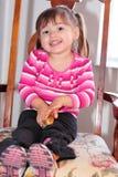 behandla som ett barn den lyckliga gulliga flickan för fågelungen henne litet barn Royaltyfri Bild