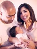 behandla som ett barn den lyckliga isolerade modern för bakgrundsfamiljfadern över le vitt barn Arkivbild