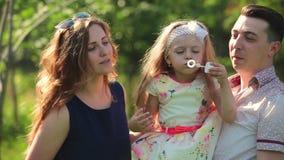 behandla som ett barn den lyckliga isolerade modern för bakgrundsfamiljfadern över le vitt barn Moderbubblor, hennes dotter lager videofilmer