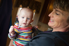 behandla som ett barn den lyckliga kvinnan Arkivbilder
