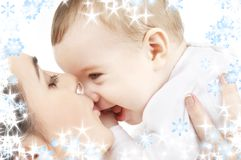 behandla som ett barn den lyckliga kyssande modern för pojken Arkivfoto