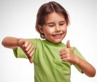 Behandla som ett barn den lyckliga lilla flickan som shower undertecknar ja ingen gest Arkivfoto