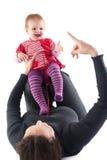 behandla som ett barn den lyckliga modern över bildwhite Royaltyfri Foto