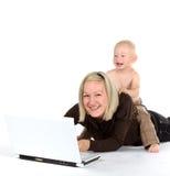 behandla som ett barn den lyckliga modern Arkivfoton