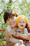 behandla som ett barn den lyckliga modern Fotografering för Bildbyråer