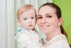 behandla som ett barn den lyckliga modern Royaltyfri Foto