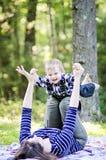 behandla som ett barn den lyckliga modern Royaltyfria Bilder