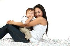 behandla som ett barn den lyckliga modern Royaltyfri Fotografi