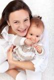 behandla som ett barn den lyckliga modern för den härliga flickan Royaltyfria Foton