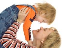 behandla som ett barn den lyckliga modern för familjen arkivfoto