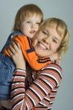 behandla som ett barn den lyckliga modern för familjen arkivbild