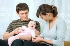 behandla som ett barn den lyckliga modern för familjfadern Arkivbild