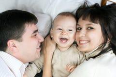 behandla som ett barn den lyckliga modern för familjfadern Arkivfoto