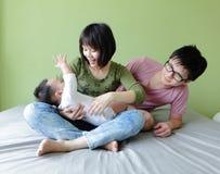behandla som ett barn den lyckliga modern för familjfadern Royaltyfria Bilder