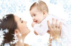 behandla som ett barn den lyckliga modern för pojken Royaltyfria Bilder