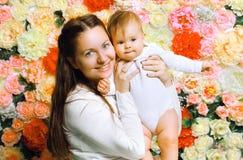 Behandla som ett barn den lyckliga modern för ståenden och Arkivbild