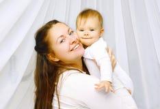 Behandla som ett barn den lyckliga modern för ståenden och tillsammans Arkivbilder