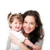 behandla som ett barn den lyckliga modern för dotterfamiljen Royaltyfri Bild