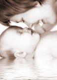 behandla som ett barn den lyckliga modern för familjen Arkivbilder