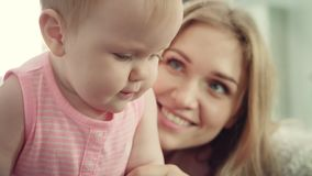 behandla som ett barn den lyckliga modern Le kvinnan omfamna hennes unge lager videofilmer
